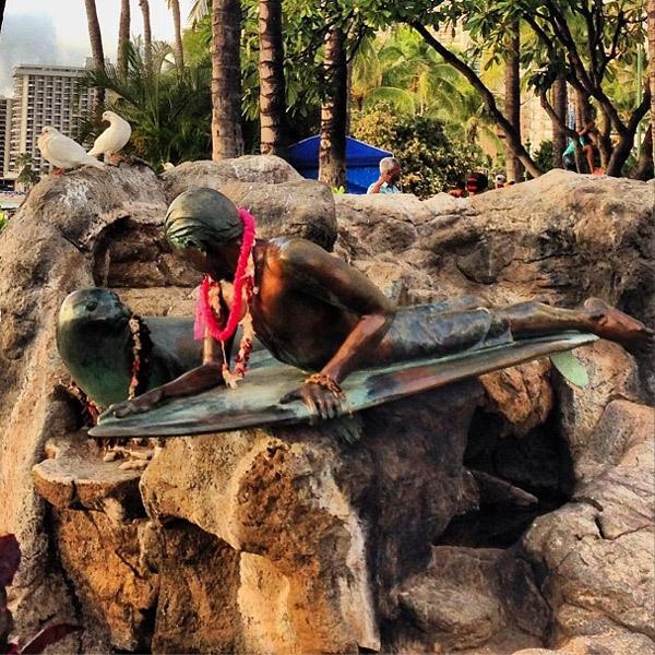 Памятник на Гавайях, посвященный занятиям серфингом