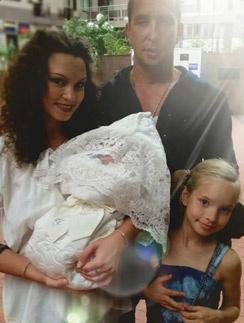 Певец Данко с семей на выписке младшей дочери Агаты