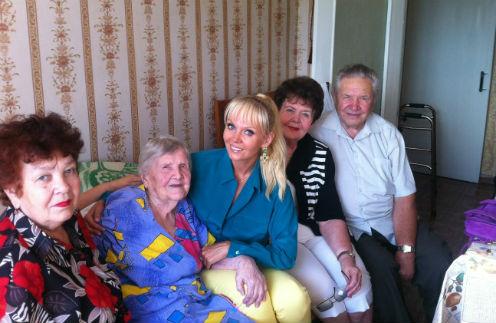 Вся семья в сборе: тетя Валентина Савельевна, бабушка Валентина Дмитриевна, Валерия, мама Галина Николаевна и дядя Владимир Николаевич.