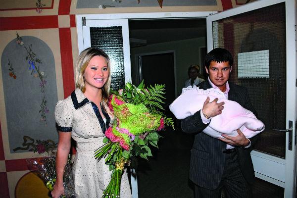 Счастливый муж Максим встречал красавицу жену из роддома