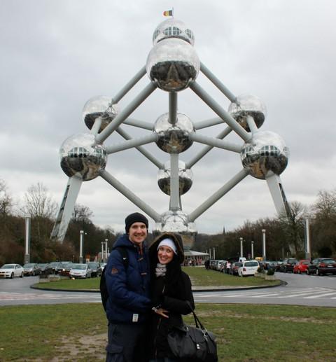 Галкина Елена на фоне Атома в Брюсселе, Бельгия.