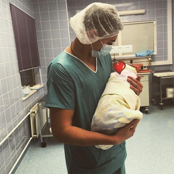 «1.01.2016», - лаконично подписал первый снимок с новорожденной дочкой брат Алсу Ренард