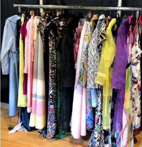 На показе в изобилии представлены наряды ярких цветов
