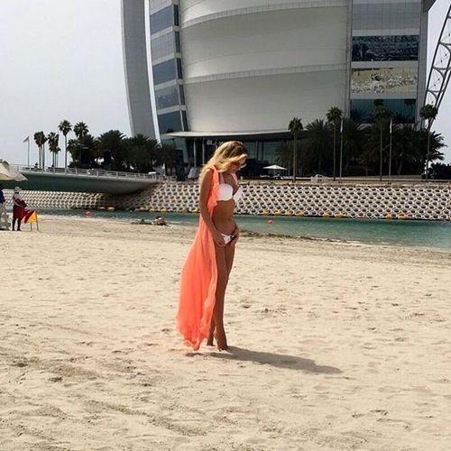 Миша Романова позирует на фоне знаменитого отеля-паруса
