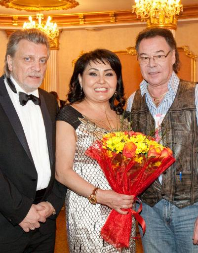 Клара Кузденбаева с мужем и Михаилом Муромовым (справа)