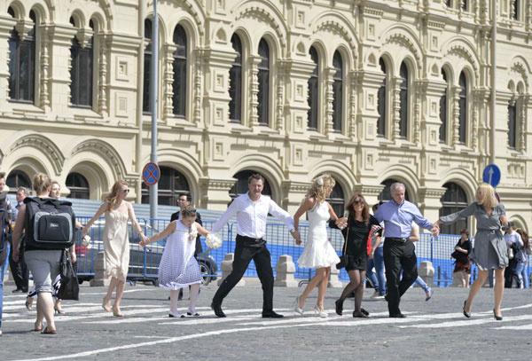 На Красной площади молодые и гости устроили настоящий перфоманс