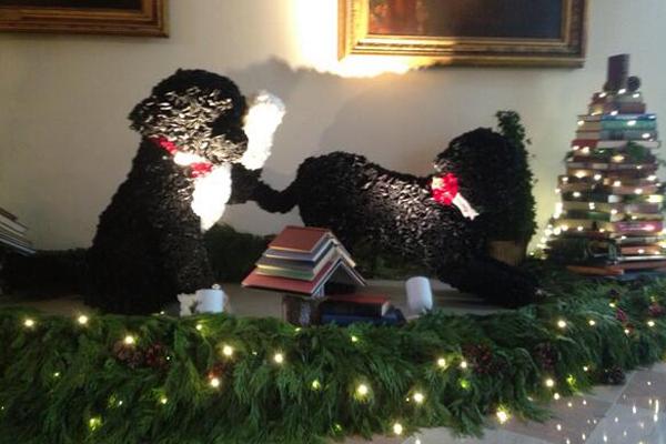 Фигурки собак президентской четы сделаны из атласных лент