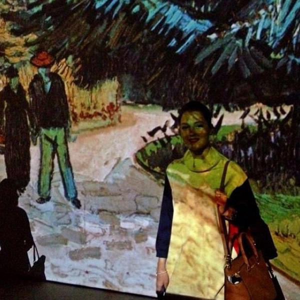 Актриса на выставке