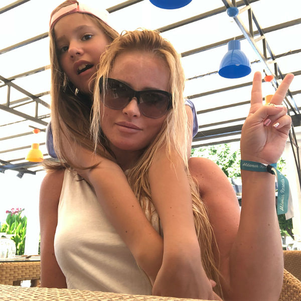 Дана отправляется на отдых с дочкой