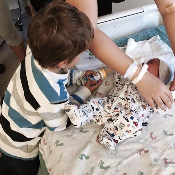 Владимир помогает маме ухаживать за младшим братом, декабрь 2015 года