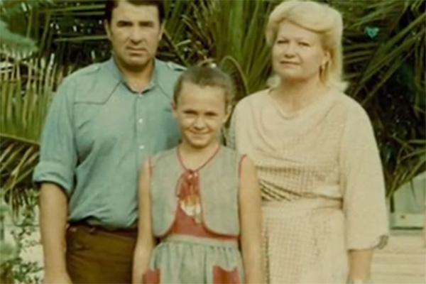 Маленькая Яна с папой и мамой