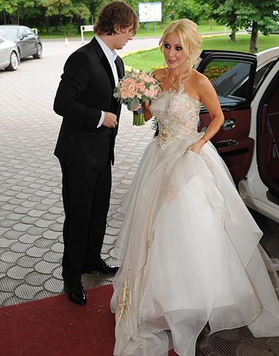 Игорь Макаров помог жене выйти из машины
