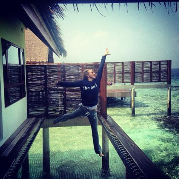 Ксения на Мальдивах в позе балерины