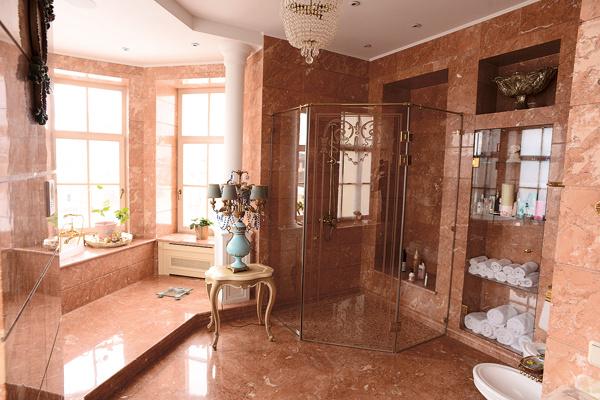 Большую часть мебели и элементов декора изготовили в Италии