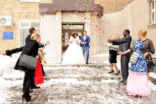 На выходе из загса пару чествовали и посыпали конфетти
