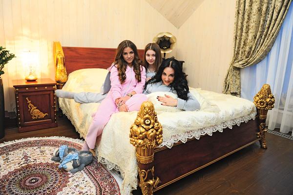 Фатима с дочерьми – 22-летней Аленой и 15-летней Дашей