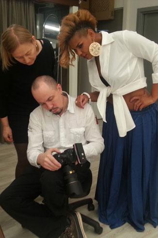 Корнелия Манго просматривает кадры с фотографом Артуром Тагировым