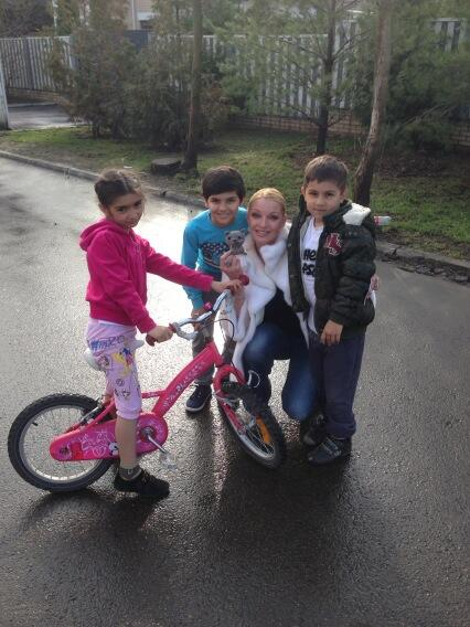 Волочкова и соседские дети, подарившие балерине игрушку