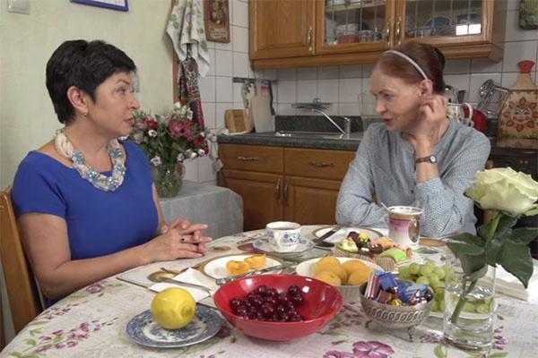 Людмила Чурсина откровенничала с Наташей Барбье на своей кухне