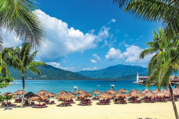 На побережье сосредоточены в основном пятизвездочные отели, многие из которых имеют мировую известность