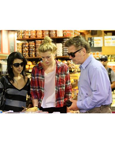 Хилария, Айрленд и Алек в супермаркете