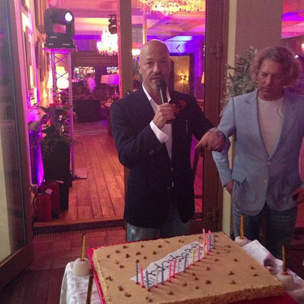 Бондарчук задул свечи на праздничном торте