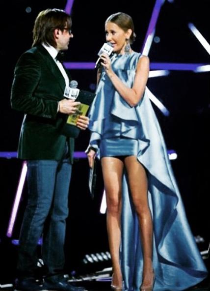 В платье от Александра Арутюнова телеведущая была неотразима