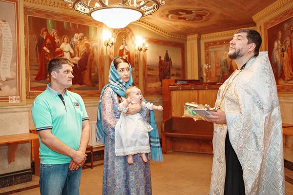 Крестными стали сестра-близнец Ларисы, Светлана, и их зять Владимир