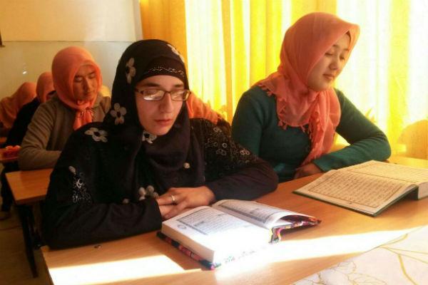Гита учит арабский язык