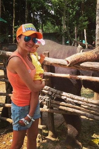Ксения и Маруся любуются на слонов