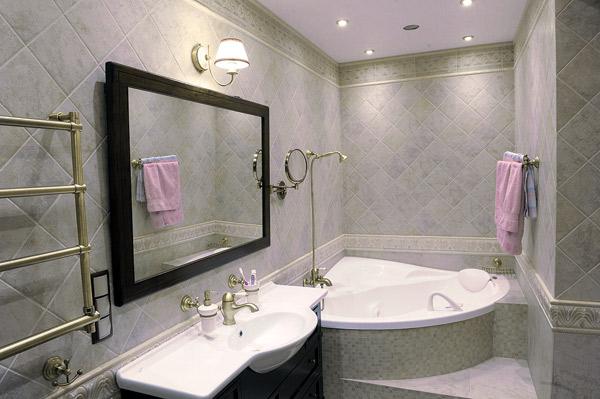 Светлая плитка в ванной увеличивает пространство помещения, а выполненная из меди фурнитура придает комнате дух классики