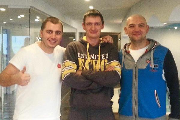 Пугачев занимается в спортзале и плавает в бассейне. На фото – с тренерами Владимиром Танским и Вячеславом Пестуновичем