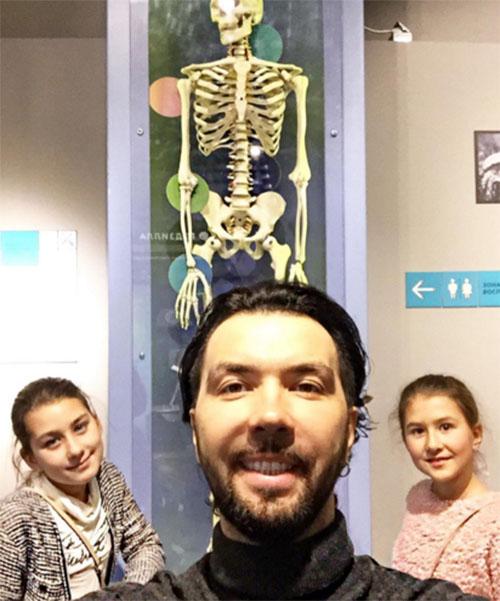Денис Клявер с дочкой Евы Польны Эвелин и сестрой девочки Амалией сходил в музей