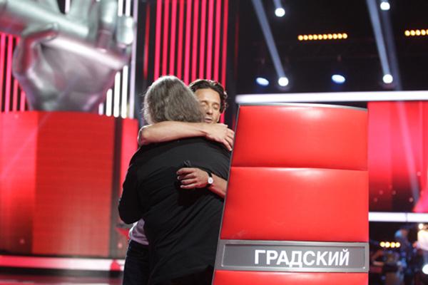 Отец и сын обнялись, несмотря на то, что Даниила обидела реакция на его выступление