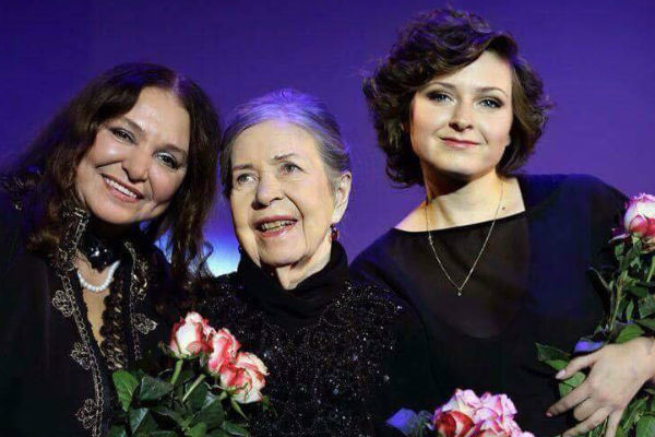 Наталья Бондарчук с матерью и дочерью