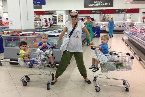 Болтнева часто берет мальчиков в магазин