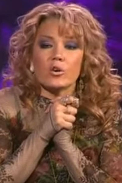 Певица Азиза во время ток-шоу