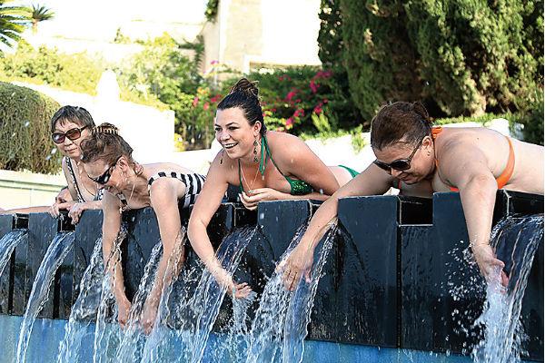 После заплыва девушки любовались  блеском водяных струй