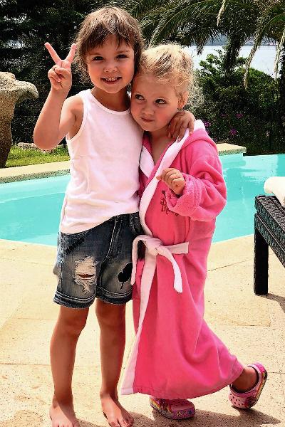 Сейчас супруги отдыхают на Кипре вместе с 4-летними детьми – Лизой и Гарри