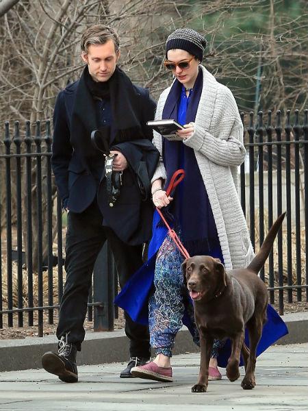 Знает ли Адам о том, что Энн подумывает о новой собаке пока неизвестно