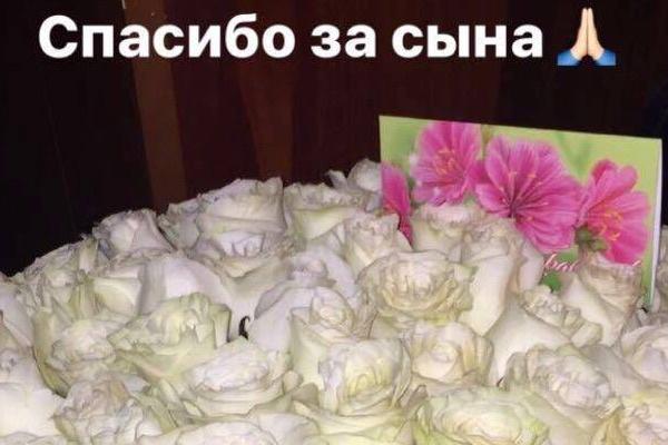Бузова подарила маме Дмитрия Тарасова пышный букет