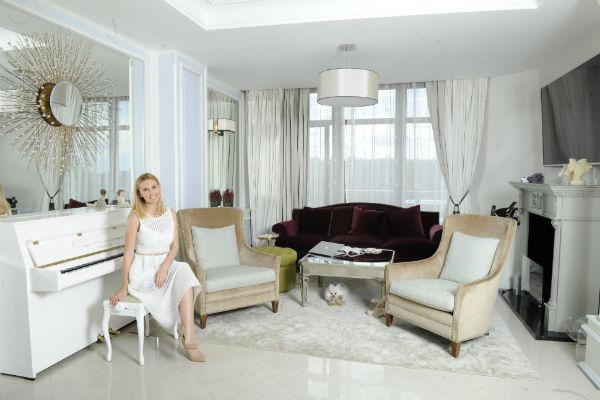Зеркала на стенах гостиной зрительно расширяют пространство