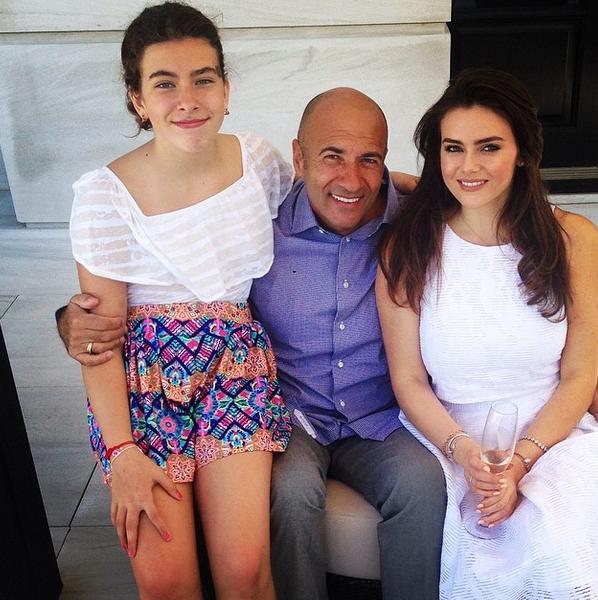 Невеста с отцом и сестрой