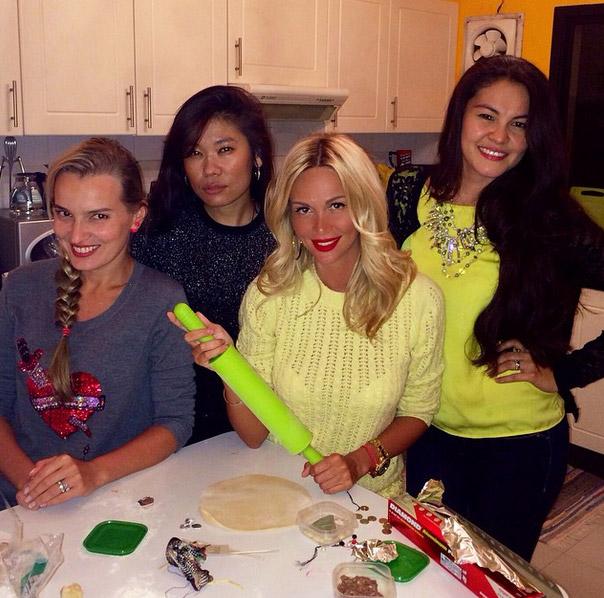 Виктория Лопырева с подругами готовит пельмени