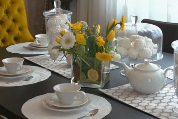 Стол в обеденной зоне декорирован с намеком на скорое приближение весны
