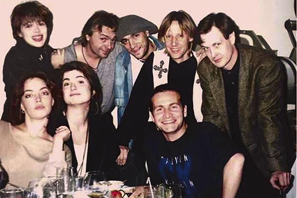 Уже известный певец на застолье после концерта с друзьями, среди которых Константин Кинчев и Дмитрий Харатьян, 1996 год