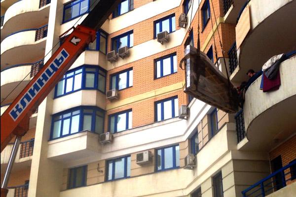 На лоджии третьего этажа пришлось разбирать стену, чтобы принять инструмент