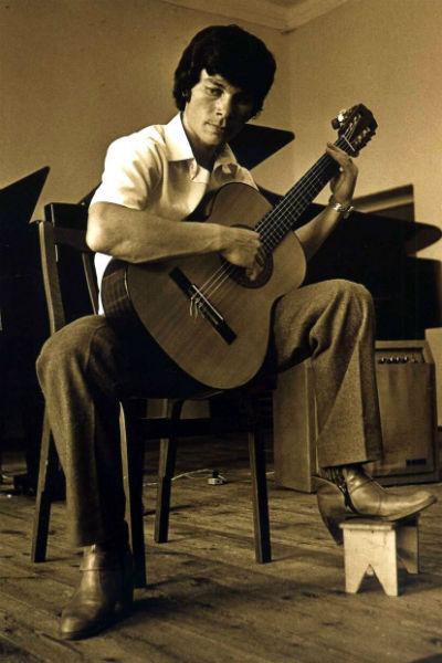 В юности Газманов рисовал, играл на гитаре и хотел стать моряком