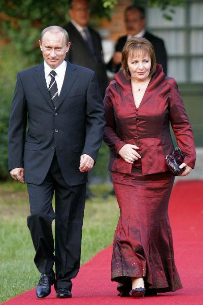 «Мы с Людмилой Александровной иногда видимся. У нас очень добрые отношения, может, даже лучше, чем раньше», – сказал Путин на «Прямой линии» в апреле 2016-го