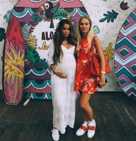 Айза с подругой Анной на вечеринке baby shower